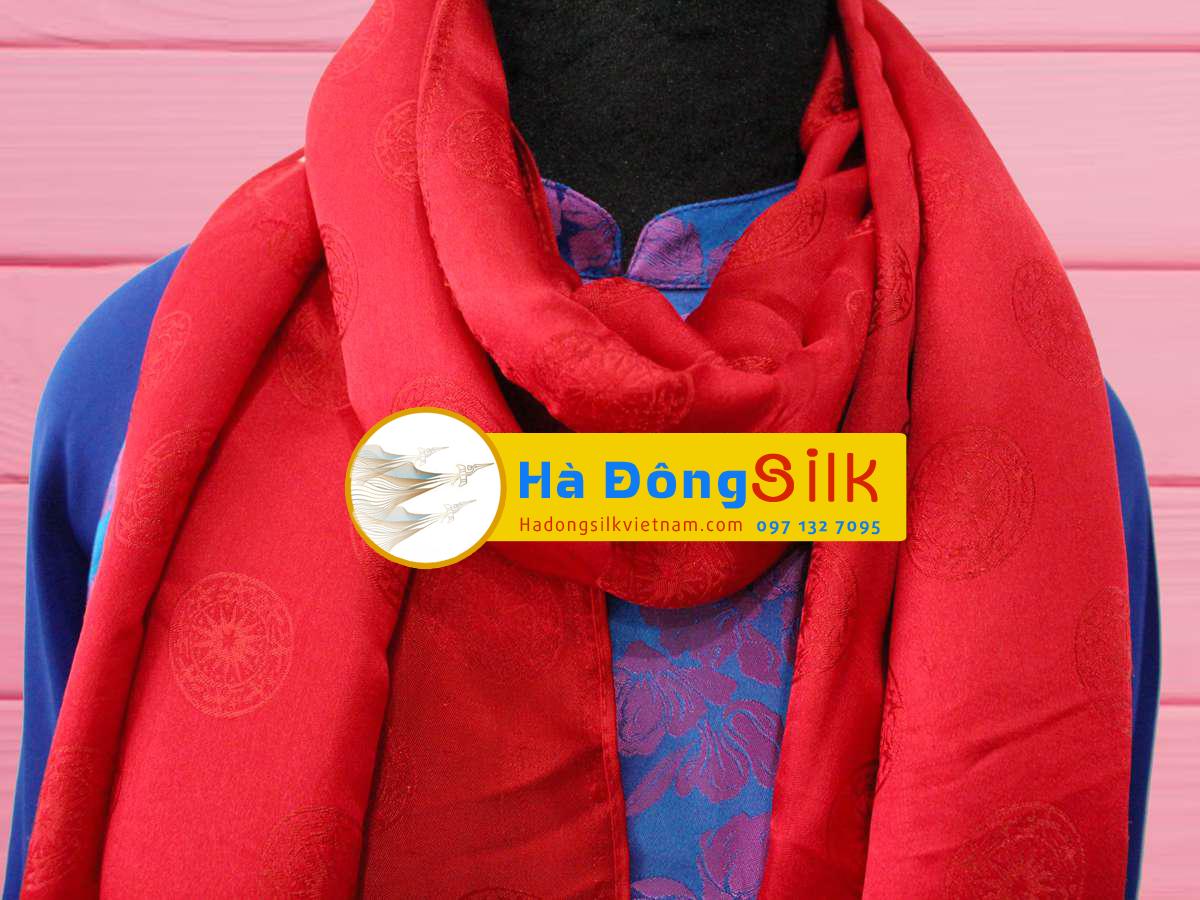 khăn choàng cổ đỏ vẽ họa tiết trống đồng